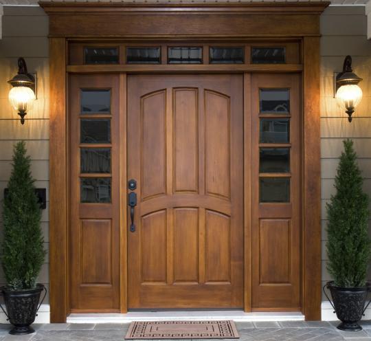 Стильная входная дверь для загородного дома