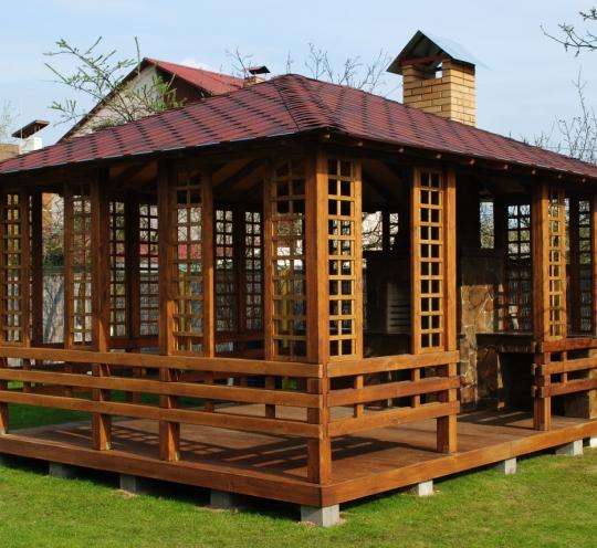 Роскошная деревянная беседка для садового участка большой площади
