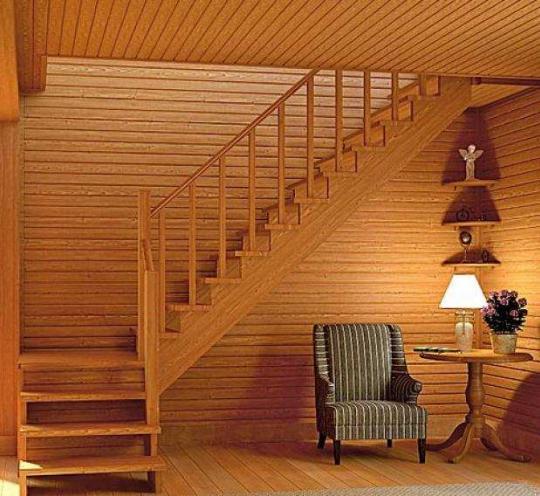 Уютная деревянная лестница для загородного дома