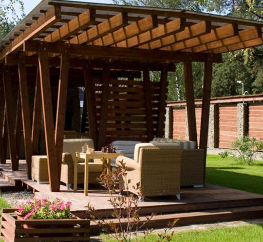 Площадка со стильным навесом – один из вариантов зоны отдыха