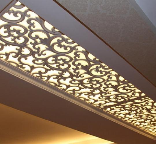 Современный потолок с ажурной вставкой