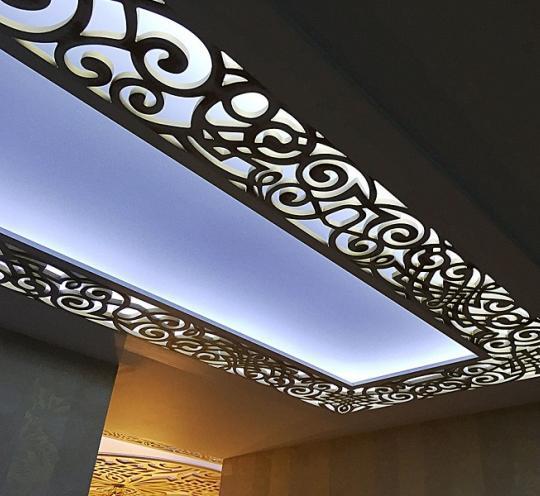 Потолок, декорированный светильником, в ажурном оформлении