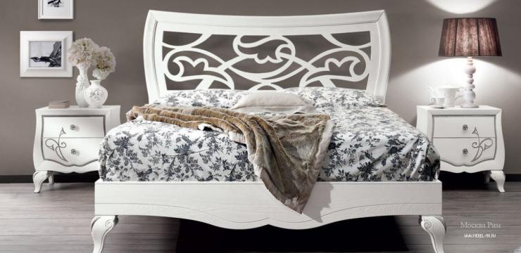 Белая кровать с ажурным изголовьем