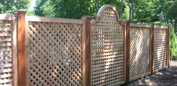Оригинальный решетчатый забор из дерева
