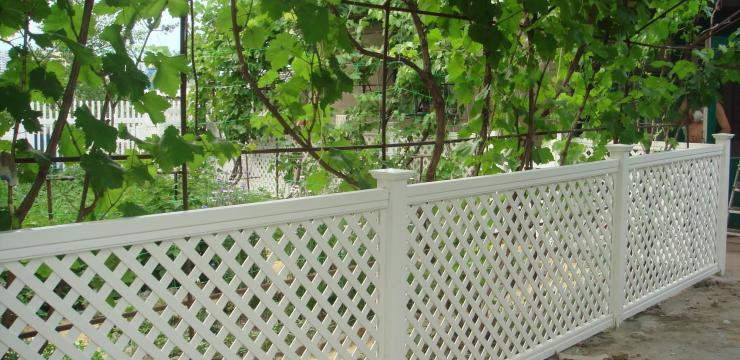 Стильный белый забор