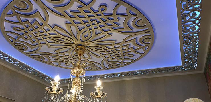 Потолок с декором резными элементами
