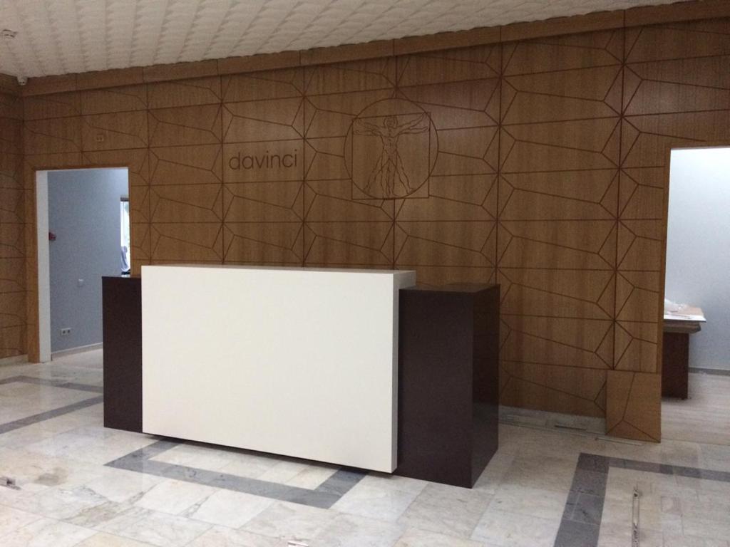 Декоративная стеновая панель с орнаментом и ресепшн из МДФ под эмалью