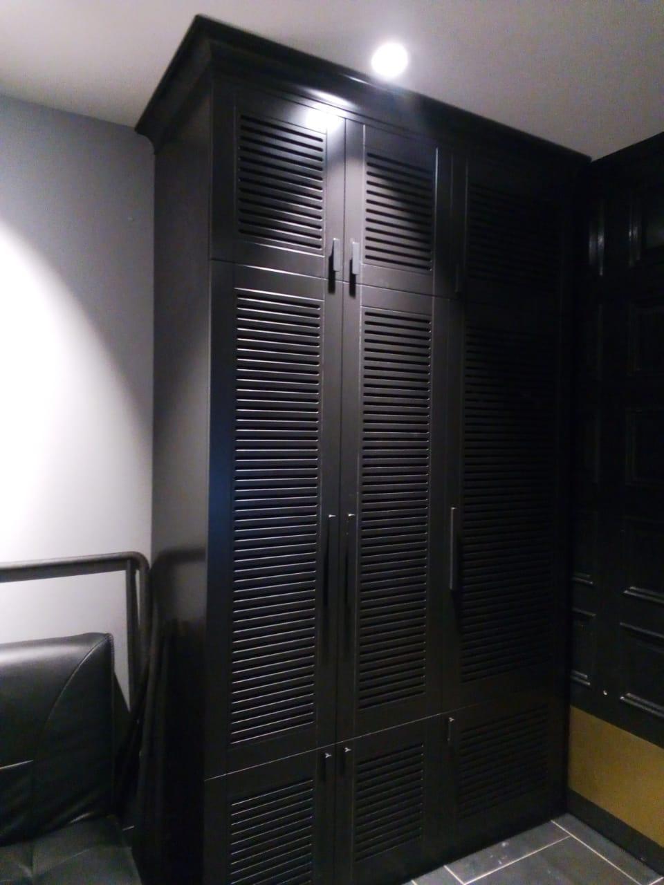 Шкаф с декоративным фасадом трехстворчатый