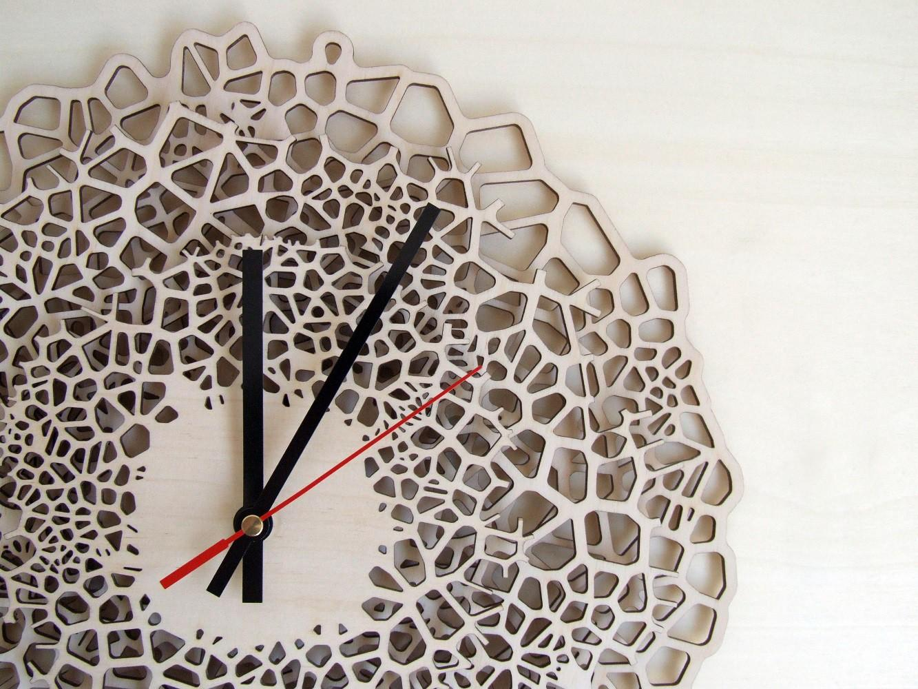 Необычные настенные часы из балтийской березы