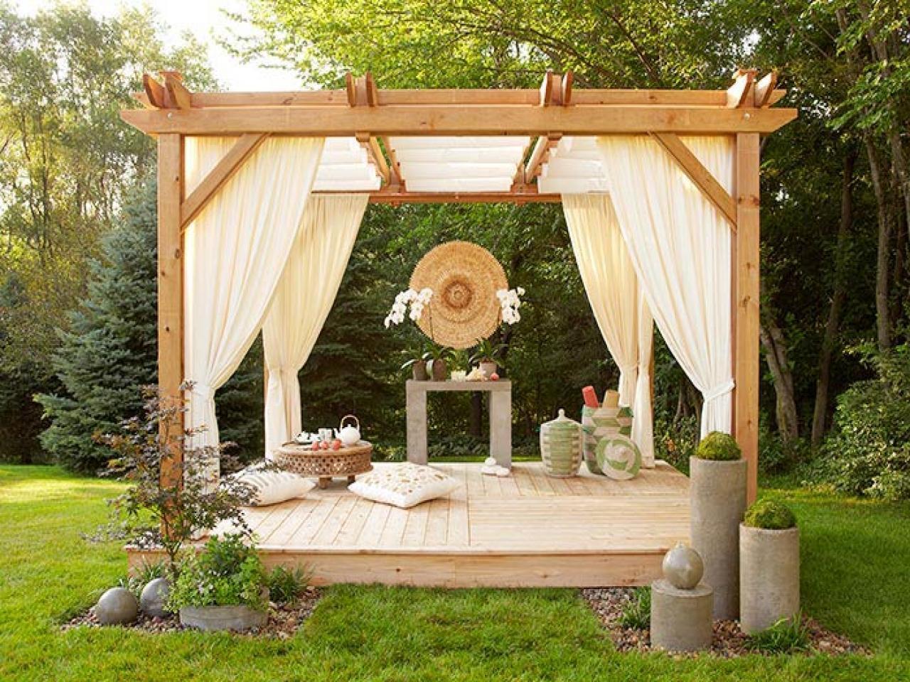 Навес-беседка – популярное место отдыха в саду