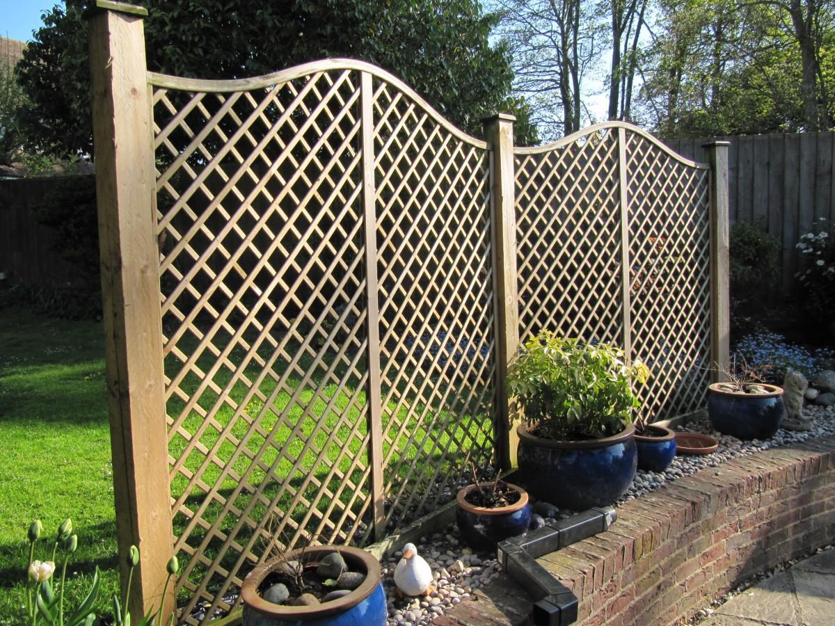 Деревянный забор в виде сетки
