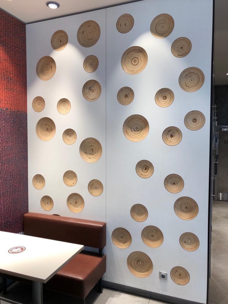 Декоративная перегородка в кафе из фанеры
