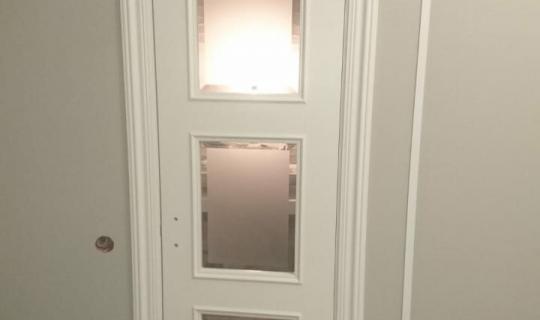 Деревянная дверь с матовым стеклом