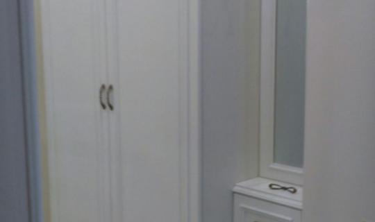 Деревянный шкаф с комодом